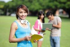 Lycklig flickahögskolestudent Royaltyfria Foton