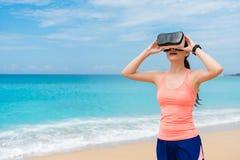 Lycklig flickajogger som bär VR-teknologiexponeringsglas Royaltyfria Foton