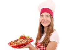 Lycklig flickakock med smörgåsar och sallad arkivbild