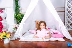 Lycklig flickalek hemma Roligt barn som har gyckel i barnrum arkivbilder