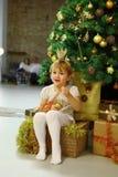 Lycklig flickaprinsessa med julträdet hemma arkivbilder