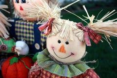 Lycklig flickaScarecrow Royaltyfria Foton