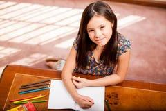 Lycklig flickateckning och färgläggning Royaltyfria Foton