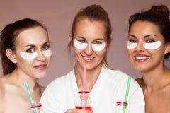 Lycklig flickvän i en skönhetsalong behandlingar för brunnsort för tät fokusbild selektiva upp Royaltyfri Foto