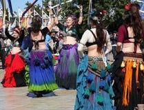 Lycklig folkdans Arkivbild