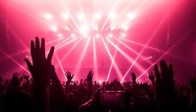 Lycklig folkdans i nattklubbpartikonsert Royaltyfri Foto
