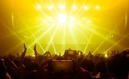 Lycklig folkdans i nattklubbpartikonsert royaltyfria foton