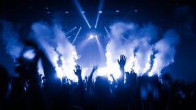 Lycklig folkdans i nattklubbpartikonsert Royaltyfri Fotografi