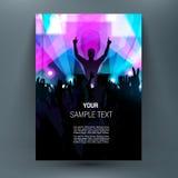 Lycklig folkmassa på etapp med lyftta upp händer Titelark för broschyr A4 Royaltyfri Fotografi