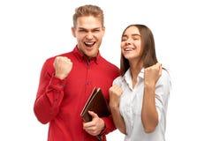 Lycklig folkvinnare som griper hårt om hennes nävar och ja skriker med spänningen, fira som uppnår mål arkivfoton