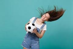 Lycklig fotbollsfan för ung kvinna med att fladdra hårjubel upp det favorit- laget för service med fotbollbollen som isoleras på  royaltyfri fotografi