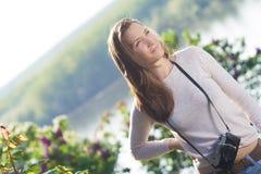 Lycklig fotograf för ung kvinna som använder den gamla kameran Arkivbilder