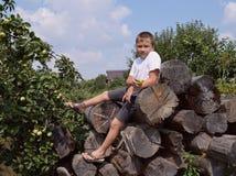 Lycklig fotvandra grön höst för ung för natur för sommarträdgård utomhus turist- för barn för fotvandrare för träd för arbete för Arkivfoto