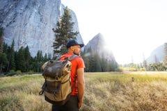 Lycklig fotvandrarebes?kYosemite nationalpark i Kalifornien royaltyfri fotografi