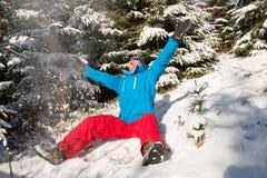 Lycklig fotvandrareman som har gyckel i solig vinterdag i skog Royaltyfri Foto
