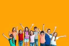 Lycklig framgångteensl som firar vara en vinnare Dynamisk driftig bild av lyckliga barn arkivfoton