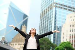 Lycklig framgång för affärskvinna som är utomhus- i Hong Kong Fotografering för Bildbyråer