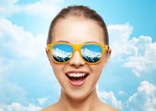 Lycklig framsida av den tonårs- flickan i solglasögon Arkivfoto