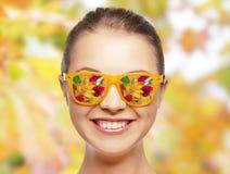Lycklig framsida av den tonårs- flickan i solglasögon Arkivfoton