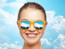 Lycklig framsida av den tonårs- flickan i solglasögon Royaltyfri Fotografi