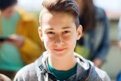 Lycklig framsida för tonårs- pojke royaltyfri fotografi