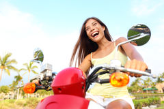 Lycklig fri asiatisk kvinna på sparkcykeln Arkivbild
