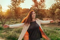 Lycklig fri känslig kvinnlig arkivfoton