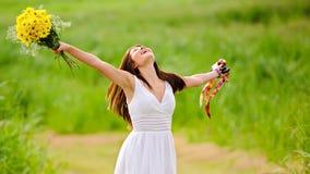 Lycklig fri kvinna i klänning arkivfoton