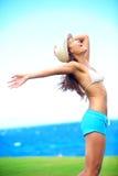 Lycklig frihetskvinna i sommar Arkivfoto