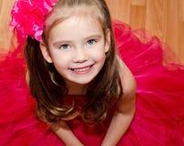 Lycklig förtjusande liten flicka i prinsessaklänning Arkivfoton