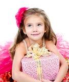 Lycklig förtjusande liten flicka med julgåvaasken Arkivfoto