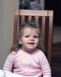Lycklig förträningsflicka i stol Arkivfoto