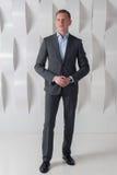 Lycklig full längd för affärsman i modernt stads- kontor Royaltyfria Bilder
