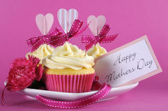 Lycklig gåva för muffin för moderdag på rosa bakgrund Arkivfoto