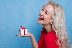 lycklig gåvaflicka Arkivfoto