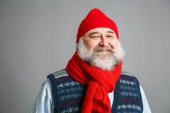 Lycklig gamal man med skägget i vinterkläder Royaltyfri Foto