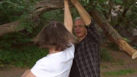 Lycklig gamal man- och kvinnadans i Forest Park arkivfilmer