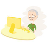 Lycklig gamal man som använder datoren. Royaltyfria Bilder