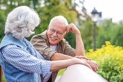 Lycklig gammal make och fru som tycker om naturen Arkivfoton