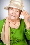 lycklig gammal ståendepensionärkvinna Royaltyfri Bild