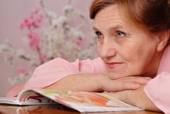 Lycklig gammalare kvinna Arkivfoton