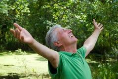 Lycklig gammalare man i en park Arkivbild