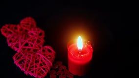 Lycklig garnering för valentindaglängd i fot räknat med stearinljusbränning och träförälskelse