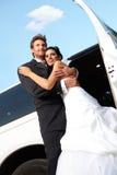 Lycklig gift par på bröllop-dag Arkivbild