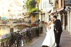 Lycklig gift parbrud och brudgum som kysser & kramar i gammal fr fotografering för bildbyråer