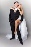 Lycklig gift parbrudbrudgum på grå bakgrund arkivbilder