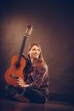 Lycklig gitarrist och gitarr Royaltyfri Bild