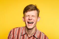 Lycklig glädje för skrattet för den Lol lmfaomannen blidkar gladlynt leende royaltyfri bild