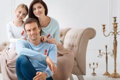 Lycklig glad familj som visar deras sympati till folk med HJÄLPMEDEL Royaltyfria Bilder