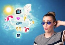 Lycklig glad kvinna med solglasögon som ser sommarsymboler Arkivfoto